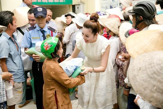 Hoa hậu Bùi Thị Hà trao quà cho người nghèo. - Ảnh 3.