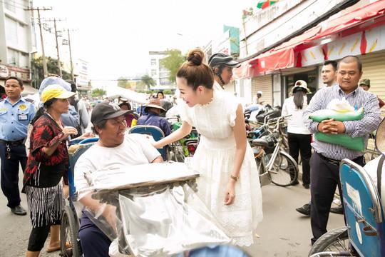 Hoa hậu Bùi Thị Hà trao quà cho người nghèo. - Ảnh 4.
