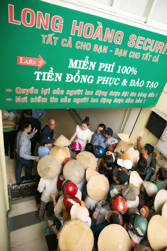 Hoa hậu Bùi Thị Hà trao quà cho người nghèo. - Ảnh 5.