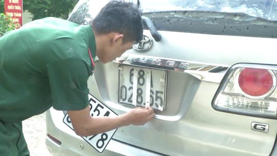 Ô tô chở thuốc lá lậu thủ hàng loạt biển số đỏ giả - Ảnh 1.