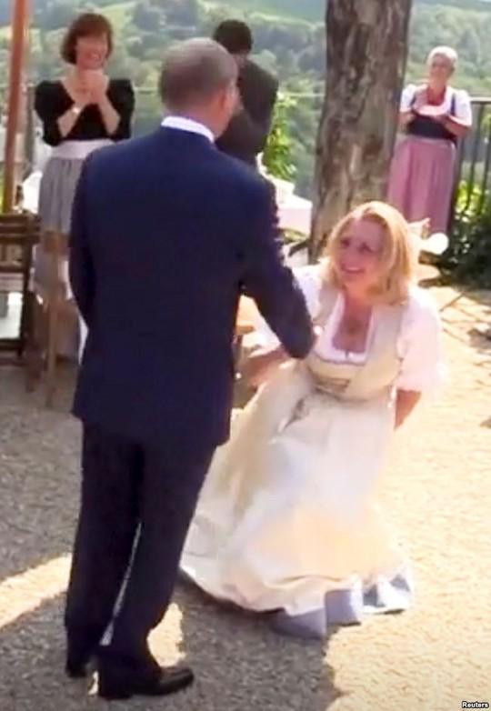Nữ bộ trưởng Áo gây tranh cãi vì khuỵu gối chào ông Putin - Ảnh 2.