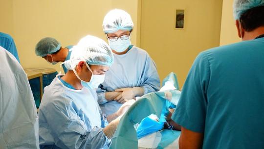 Cám cảnh bé 2 tháng tuổi đã cắt bỏ đoạn ruột, mắc nhiều bệnh bẩm sinh - Ảnh 1.