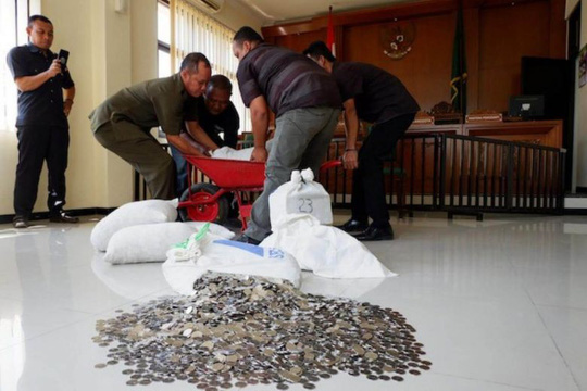 Mang 890 kg tiền xu đến toà trả cho vợ cũ - Ảnh 1.