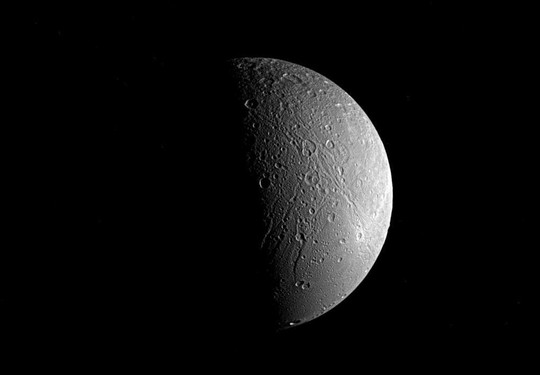 Mặt trăng Dione - ảnh: NASA