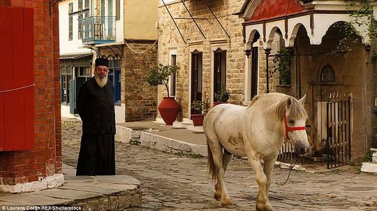 Bí ẩn núi Athos, nơi cấm phụ nữ và trẻ em đặt chân tới - Ảnh 4.