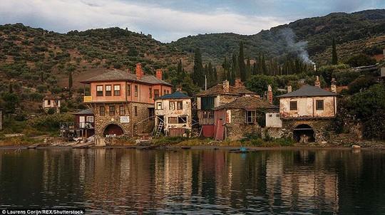 Bí ẩn núi Athos, nơi cấm phụ nữ và trẻ em đặt chân tới - Ảnh 6.