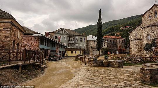 Bí ẩn núi Athos, nơi cấm phụ nữ và trẻ em đặt chân tới - Ảnh 7.