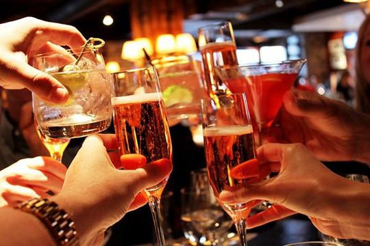 Sớm tập tành rượu bia, nguy cơ ung thư đàn ông tăng cao - Ảnh 1.