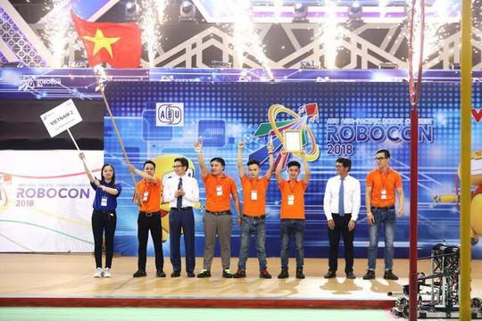 Thắng kịch tính Trung Quốc, Việt Nam 2 vô địch ABU Robocon 2018 - Ảnh 1.