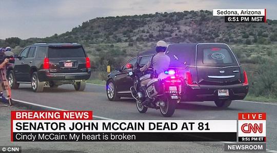 Cảnh sát hộ tống xe chở thi hài ông McCain về quê nhà - Ảnh 2.