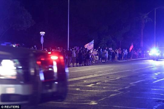 Cảnh sát hộ tống xe chở thi hài ông McCain về quê nhà - Ảnh 4.