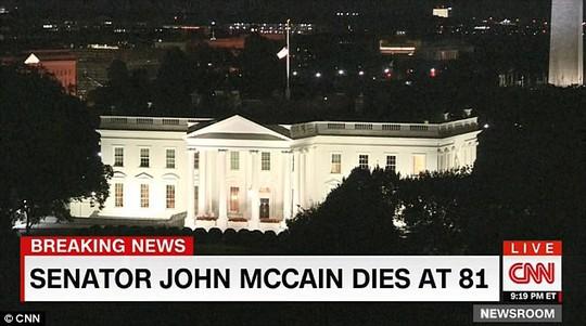 Cảnh sát hộ tống xe chở thi hài ông McCain về quê nhà - Ảnh 6.
