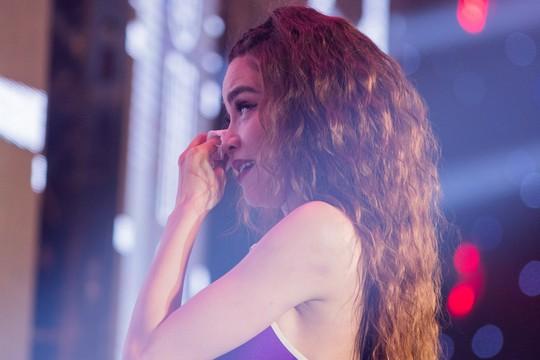 Hồ Ngọc Hà bật khóc trước hàng ngàn khán giả - Ảnh 1.