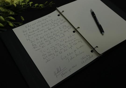 Người dân đến viếng ghi gì trong sổ tang Thượng nghị sĩ John McCain? - Ảnh 17.