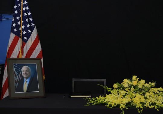 Người dân đến viếng ghi gì trong sổ tang Thượng nghị sĩ John McCain? - Ảnh 3.