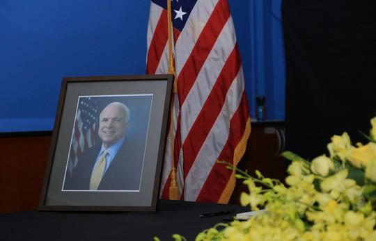 Người dân đến viếng ghi gì trong sổ tang Thượng nghị sĩ John McCain? - Ảnh 2.