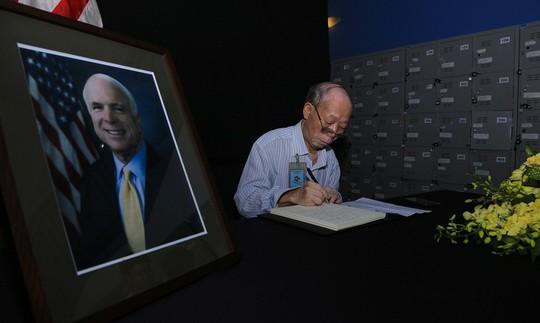 Người dân đến viếng ghi gì trong sổ tang Thượng nghị sĩ John McCain? - Ảnh 12.