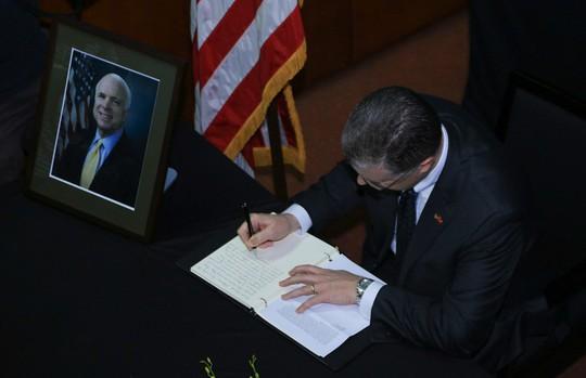 Người dân đến viếng ghi gì trong sổ tang Thượng nghị sĩ John McCain? - Ảnh 6.