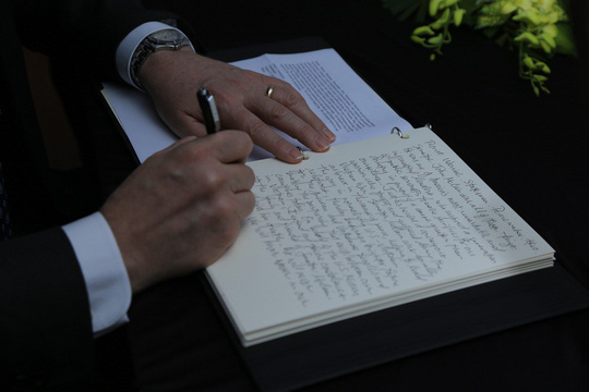 Người dân đến viếng ghi gì trong sổ tang Thượng nghị sĩ John McCain? - Ảnh 7.