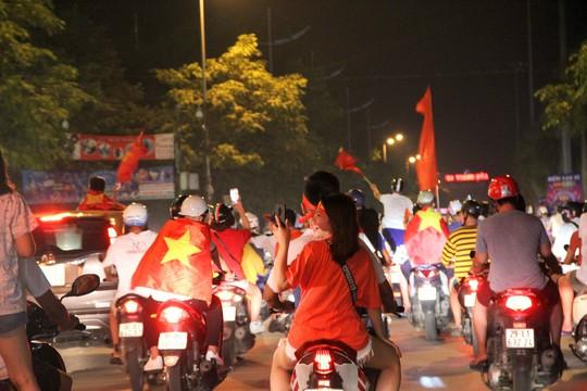 Vỡ òa hạnh phúc tại quê nhà thủ môn Bùi Tiến Dũng khi Việt Nam hạ Syria - Ảnh 8.