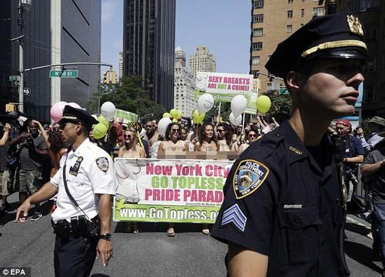 Phụ nữ khắp thế giới ngực trần tuần hành đòi quyền thả rông - Ảnh 5.