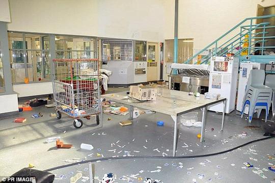 Úc: Cho tù nhân nữ uống thuốc tránh thai sau bạo loạn - Ảnh 2.