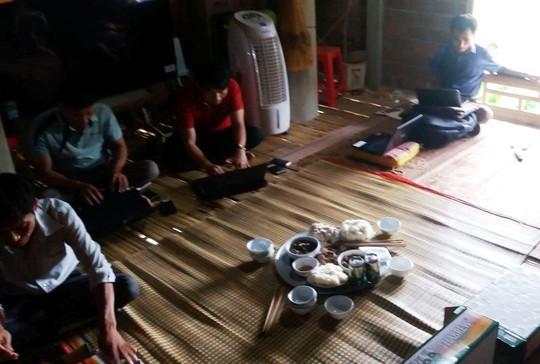 Bố thủ môn Bùi Tiến Dũng mổ trâu thết đãi dân làng cổ vũ Olympic Việt Nam - Ảnh 11.