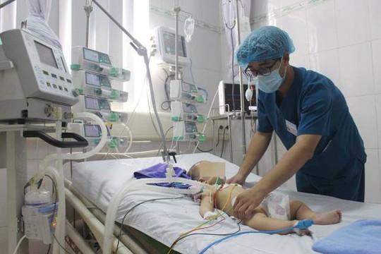 """Bé trai 6 tháng tuổi nguy kịch sau khi được chữa """"mở khoá đầu"""" - Ảnh 1."""