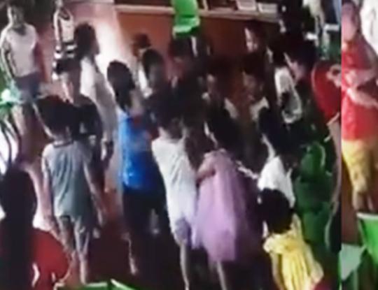 """Vụ trẻ mầm non bị bạn """"đánh hội đồng"""": Đình chỉ 3 cô giáo - Ảnh 1."""