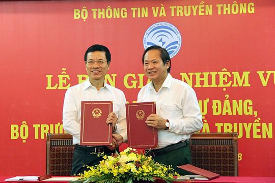 Ông Nguyễn Mạnh Hùng và ông Trương Minh Tuấn ký bàn giao nhiệm vụ - Ảnh 2.