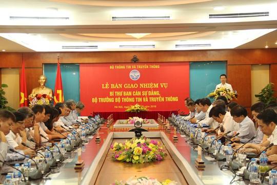 Ông Nguyễn Mạnh Hùng và ông Trương Minh Tuấn ký bàn giao nhiệm vụ - Ảnh 3.