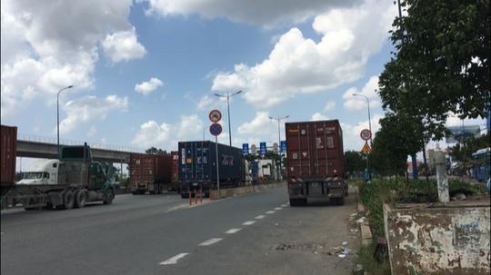 Container đỗ xe dưới lòng đường để... ăn trưa - Ảnh 1.