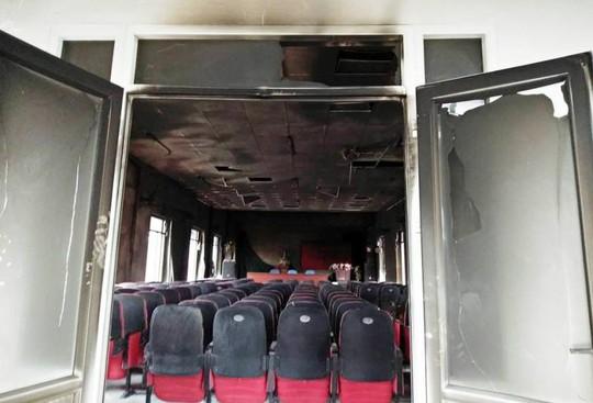 Điều tra vụ cháy hội trường UBND xã sau tiếng nổ, thiệt hại 580 triệu đồng - Ảnh 1.