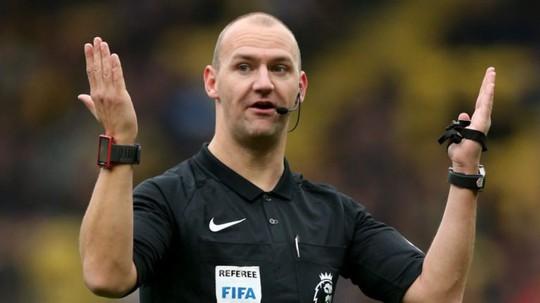 Giễu cợt người khuyết tật, trọng tài Premier League bị sa thải - Ảnh 1.