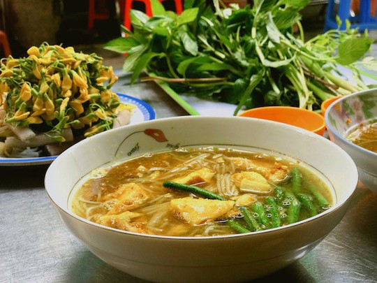 Bún cá Num-bo-chóc mê hoặc khách sành ăn Sài Gòn - Ảnh 1.