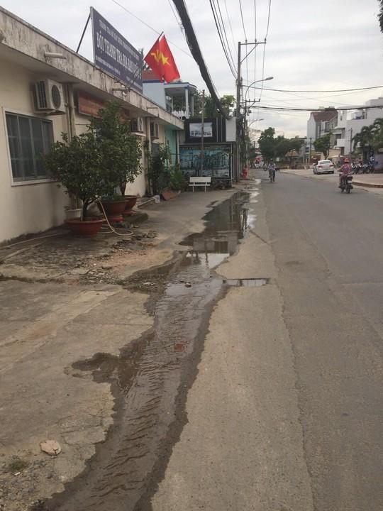 TP HCM: Dân bức xúc vì nước thải chảy tràn mặt đường - Ảnh 2.