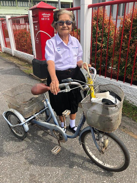 Cụ bà 84 tuổi bận đồng phục đạp xe đi thi lớp 6 - Ảnh 1.