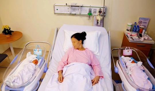 Mẹ 53 tuổi hiếm muộn sinh đôi sau khi mất con trai vì tai nạn giao thông - Ảnh 1.