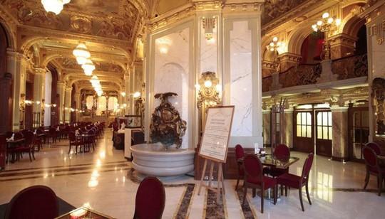 Khách xếp hàng dài chờ vào quán cà phê đẹp nhất thế giới - Ảnh 2.