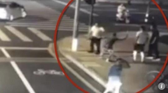 Tranh cãi nảy lửa vụ người đi xe đạp điện tự vệ chém chết tài xế ô tô - Ảnh 1.