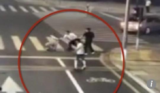 Tranh cãi nảy lửa vụ người đi xe đạp điện tự vệ chém chết tài xế ô tô - Ảnh 2.