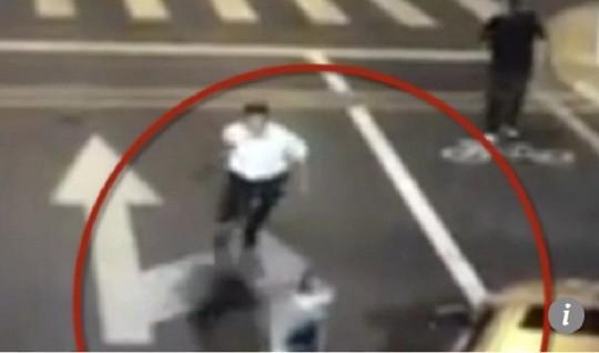 Tranh cãi nảy lửa vụ người đi xe đạp điện tự vệ chém chết tài xế ô tô - Ảnh 3.