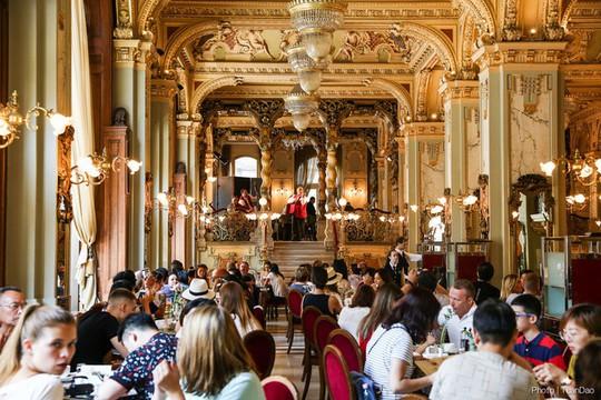 Khách xếp hàng dài chờ vào quán cà phê đẹp nhất thế giới - Ảnh 5.
