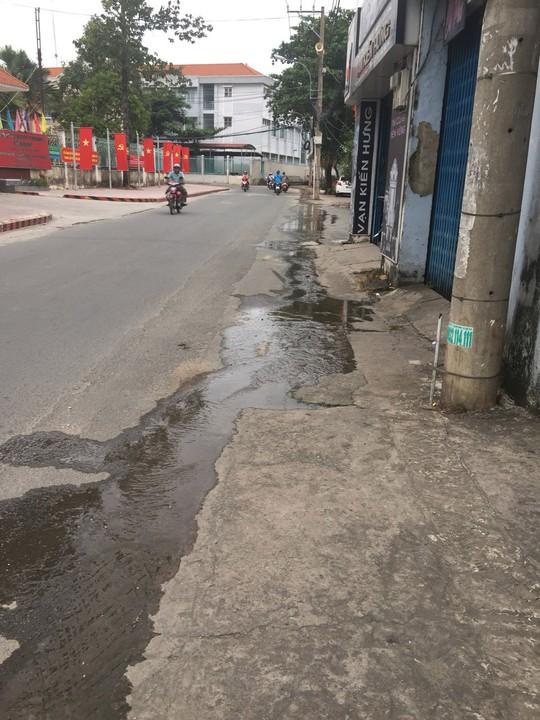 TP HCM: Dân bức xúc vì nước thải chảy tràn mặt đường - Ảnh 1.