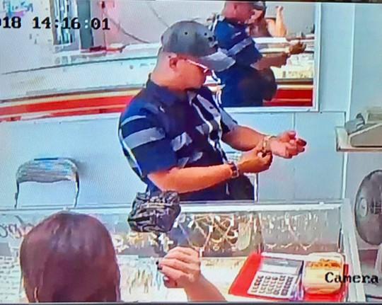 Chủ tiệm vàng trình báo bị khách dùng độc chiêu, lừa lấy vàng - Ảnh 2.
