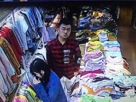Vờ mua quần áo, đôi nam nữ đâm người bán hàng nhiều nhát - Ảnh 1.