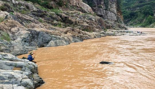Nghẹt thở vào mùa săn cá lăng dưới dòng Sê San - Ảnh 1.