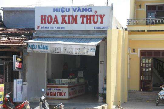 Nam thanh niên táo tợn dùng búa đập tủ trộm tiệm vàng ở Quảng Nam - Ảnh 1.