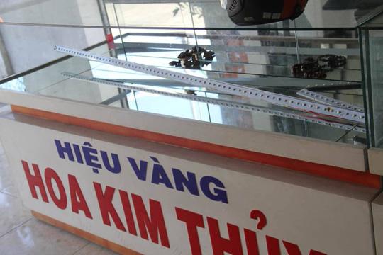 Nam thanh niên táo tợn dùng búa đập tủ trộm tiệm vàng ở Quảng Nam - Ảnh 2.
