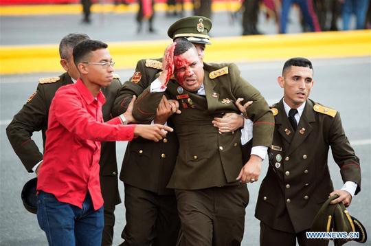 Cận cảnh vệ sĩ bung tấm chống đạn cứu ông Maduro thoát ám sát - Ảnh 2.